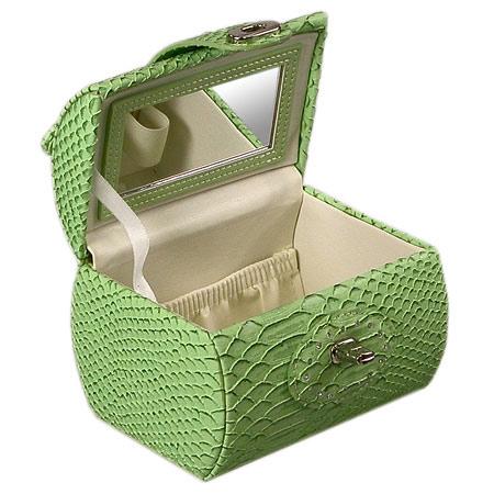 Бьюти-кейс для косметики нежного цвета, выполнен из фактурной кожи с тиснением, имитирует кожу рептилии.